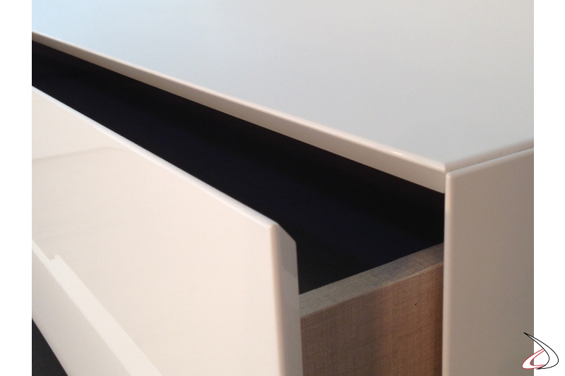 Particolare bordo a 45° per le cassettiere della collezione Filo