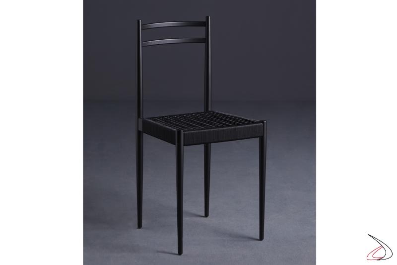Sedia moderna con struttura in legno tinto nero e seduta in corda marina nera.
