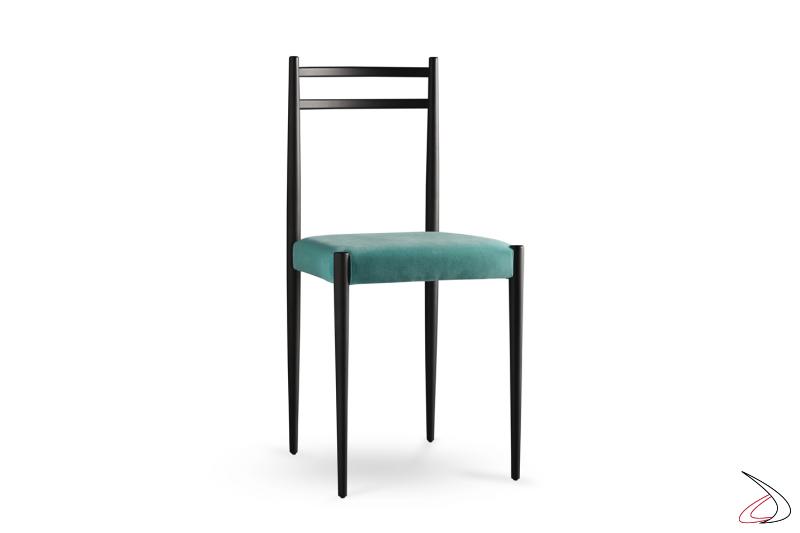 Sedia Giò con struttura in legno nero e seduta in tessuto verde marino.