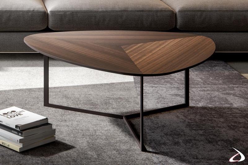 Tavolino di design basso triangolare da salotto con piano in legno eucalipto