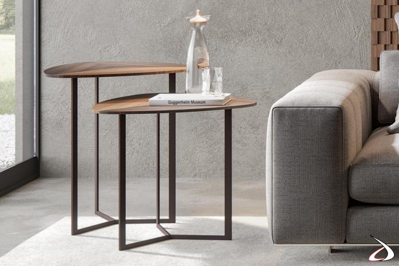 Tavolino alto triangolare di design con piano in legno di eucalipto