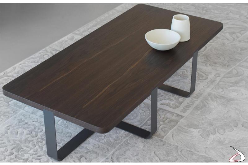 Tavolino rettangolare basso con basamento in metallo