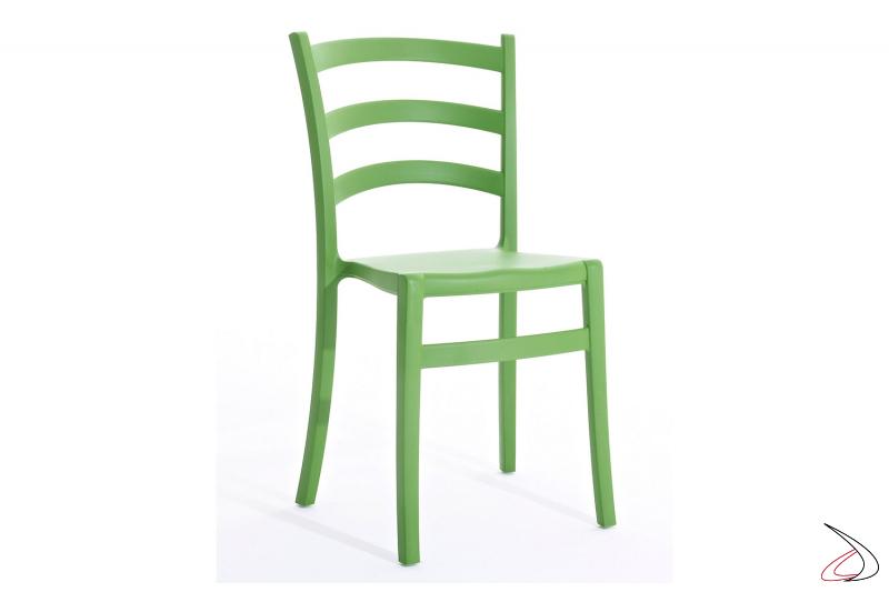 Sedia color verde prato dal design Italiano in polipropilene impilabile