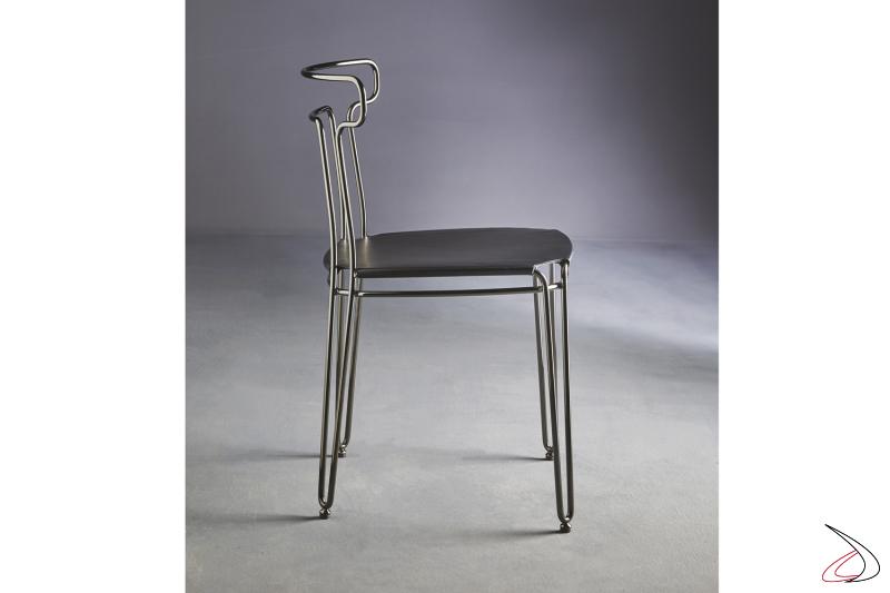 Sedia moderna in tondino d'acciaio e seduta in cuoio.