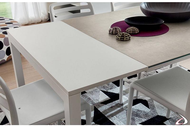 Dettaglio piano tavolo allungabile con struttura in metallo