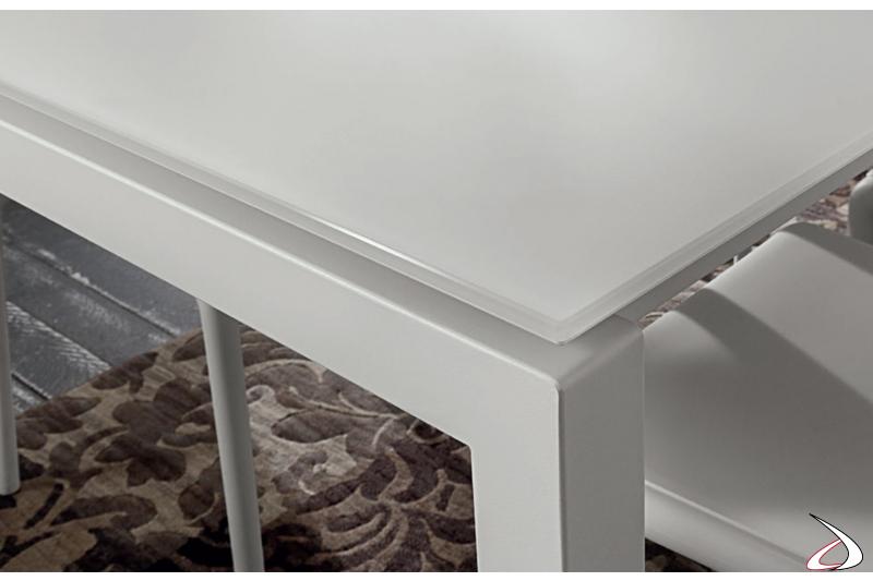 Vista dettagliata piano tavolo in vetro bianco lucido