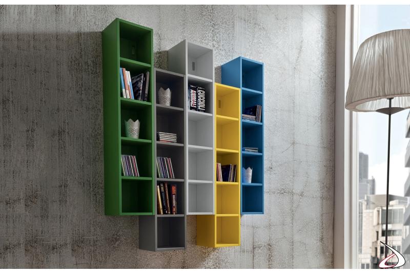 Libreria verticale sospesa a muro colorata da soggiorno