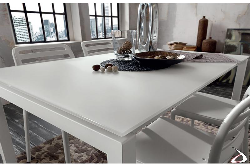 Tavolo modello Gilio con piano in vetro bianco su struttura in metallo
