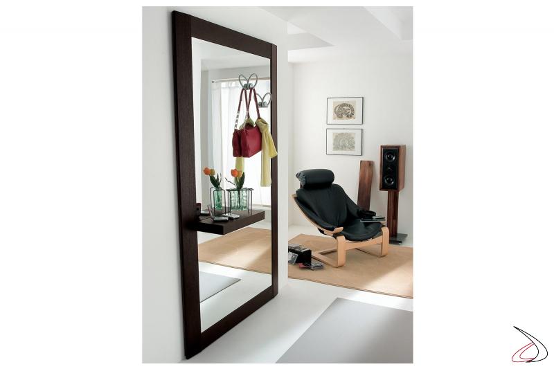 Specchio grande con cornice in legno per camera da letto