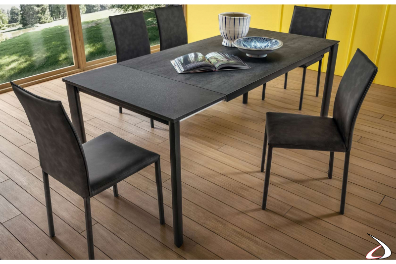 Tavolo allungabile in alluminio verniciato antracite e piano grigio Savoia