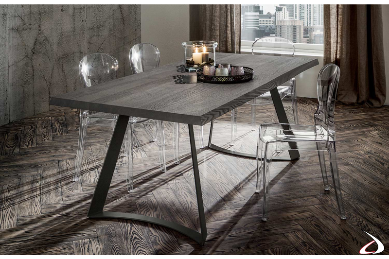 Tavolo moderno con gambe in metallo e piano in rovere grigio scortecciato