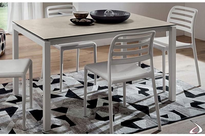 Tavolo in laminam e basamento in metallo verniciato