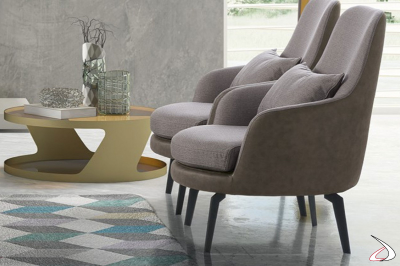 Poltrone da salotto imbottite con moderno piedino in metallo nero