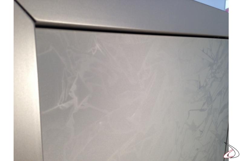 Particolare effetto riflessi delle ante in vetro taffeta antracite