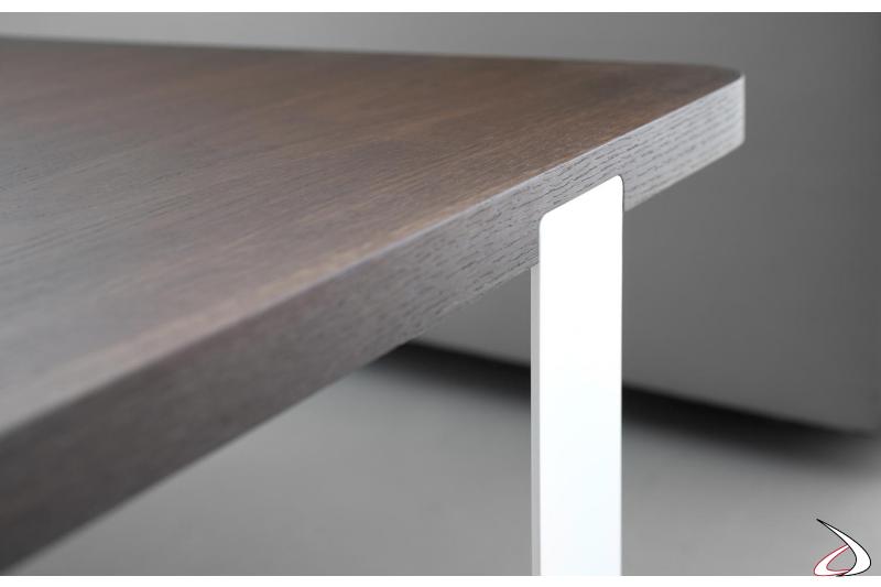Tavolino con piano in legno e basamento in metallo