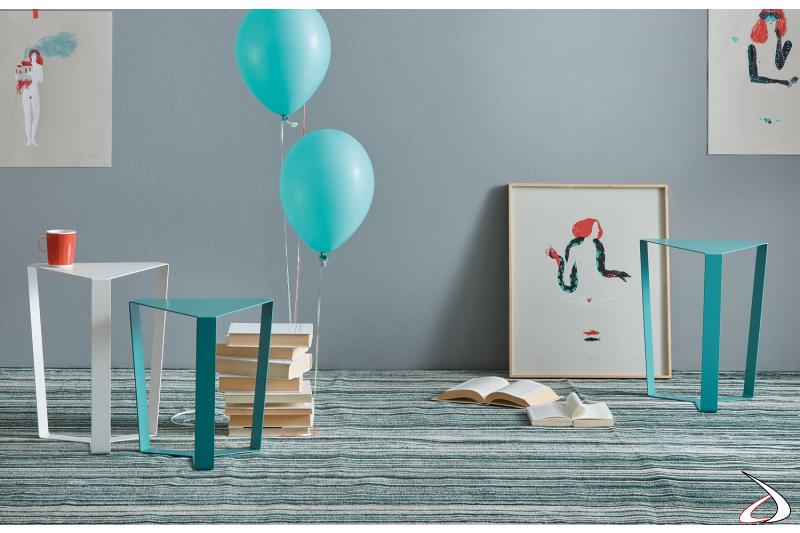 Tavolini da soggiorno triangolari in metallo colorato
