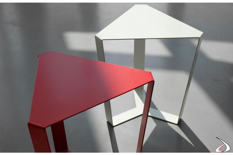 Tavolini triangolari in metallo colorato da soggiorno