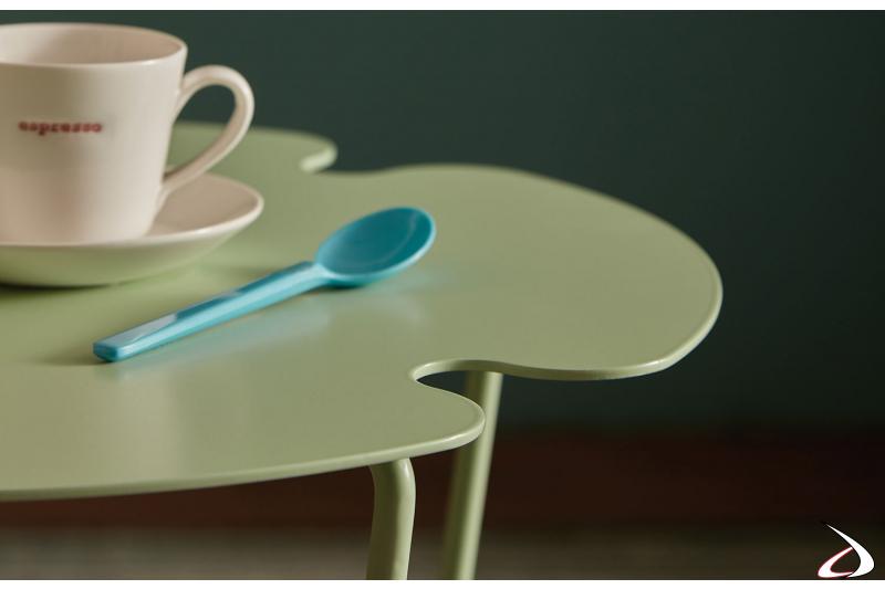 Tavolino in metallo sagomato da soggiorno