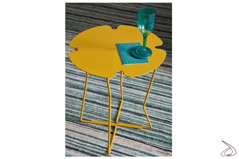 Tavolino moderno colorato in metallo da salotto