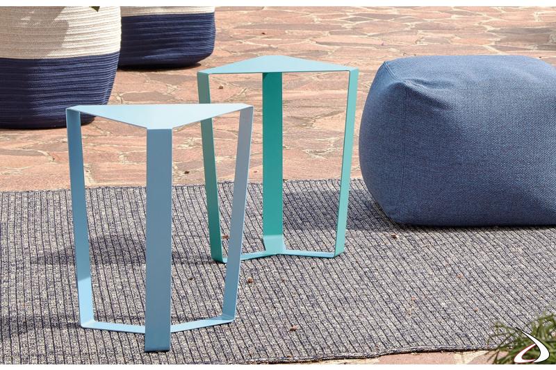 Tavolini da esterno triangolari in metallo zincato