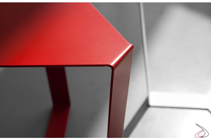 Tavolino design triangolare in metallo verniciato