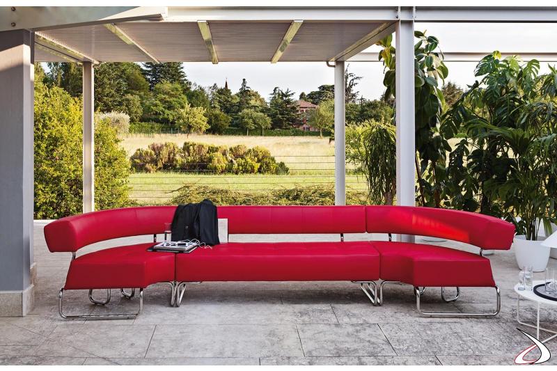 Divanetto rosso componibile a serpentina per sale aspetto ufficio