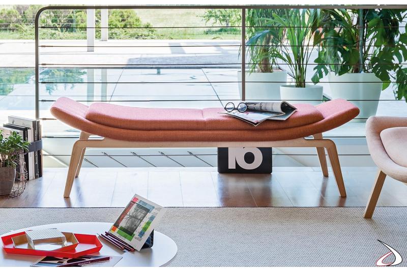 Panca di design a 2 posti imbottita con gambe in legno per sale aspetto