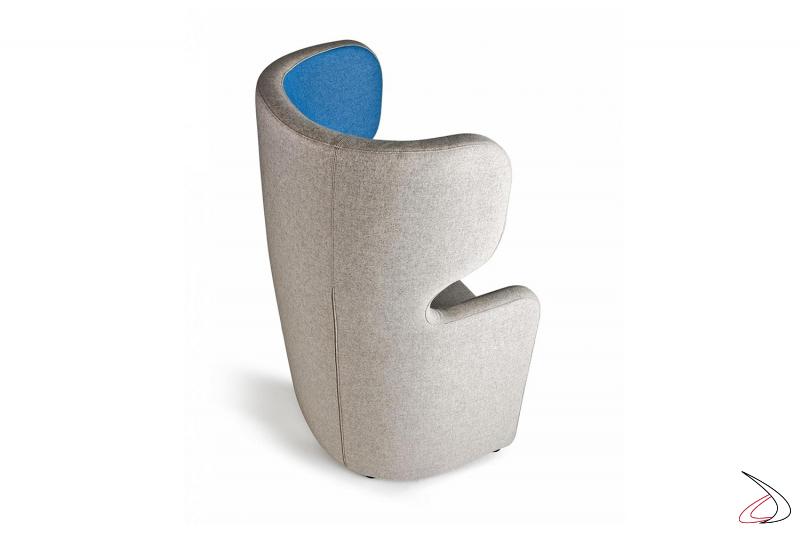 Poltrona imbottita bicolore di design per sala attesa con presa elettrica e USB
