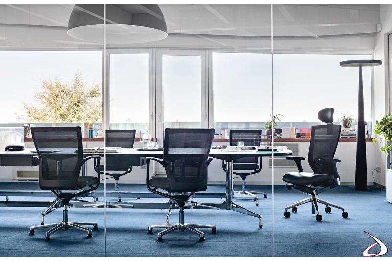 Sala riunioni con sedie ufficio di design con schienale in rete nera