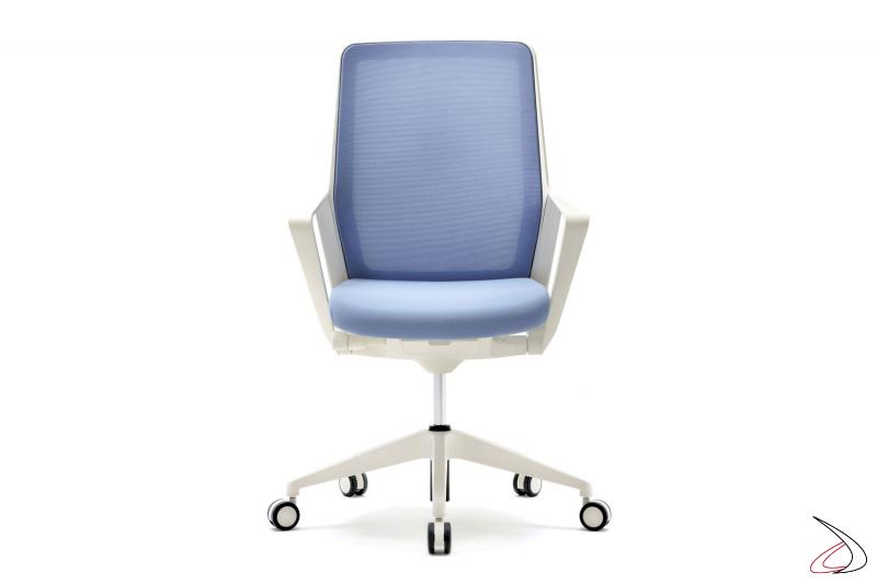 Sedia moderna da ufficio bianca con seduta azzurra