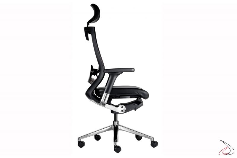 Vista laterale sedia con poggiatesta nera
