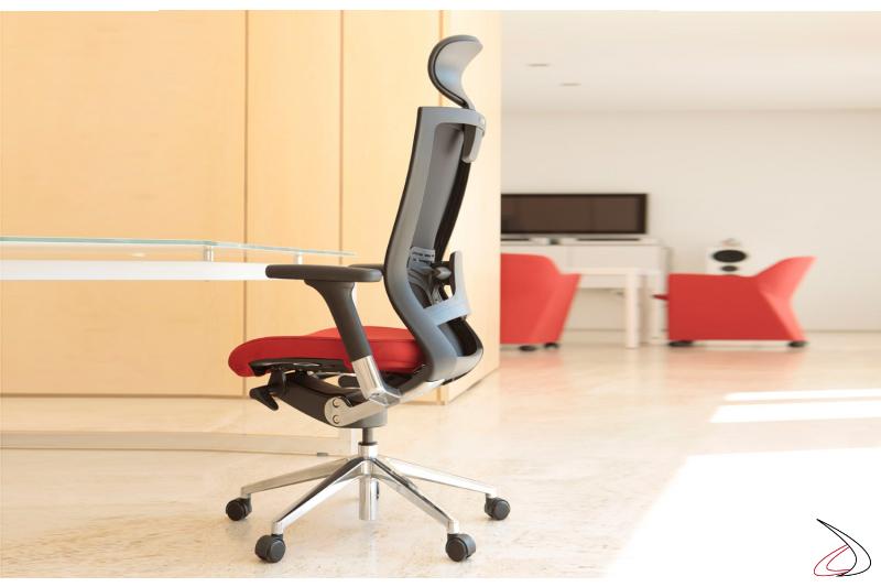 Sedia per ufficio con seduta imbottita rossa e schienale nero
