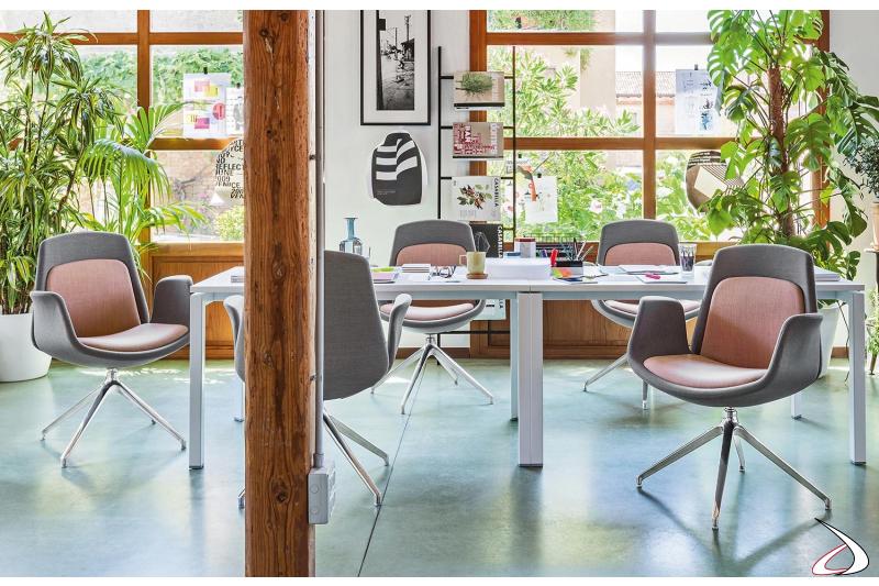 Sedia girevole per sala riunioni di design con braccioli e gambe in alluminio