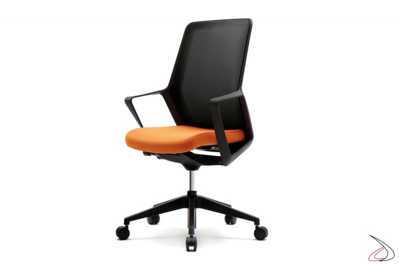 Sedia operativa da ufficio nera con seduta arancione