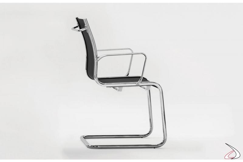Sedia di design da sala riunioni con braccioli su slitta
