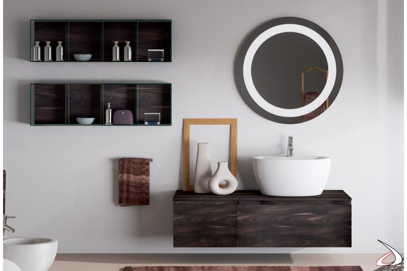 Bagno moderno con pensili in vetro e lavabo soprapiano