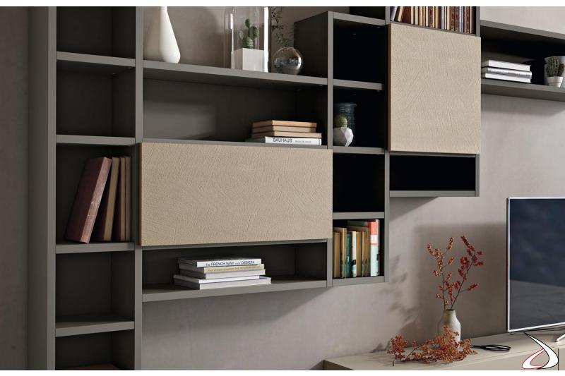 Parete attrezzata con libreria sospesa in legno e ante in cemento
