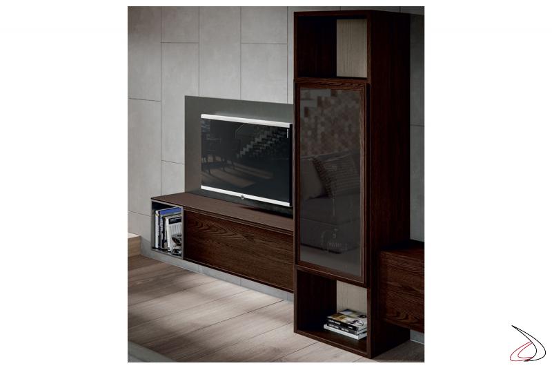 Soggiorno in legno con pannello porta tv e colonna vetrina