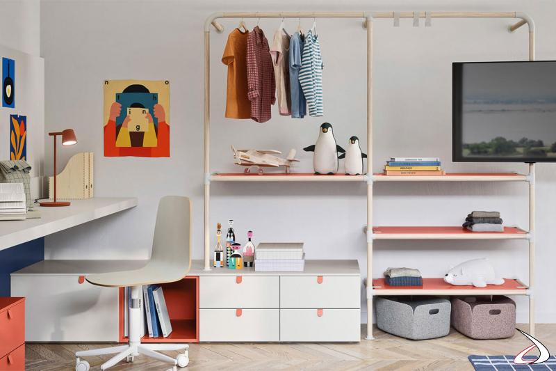 Chambre à coucher avec armoire avec cintres et unités de rangement