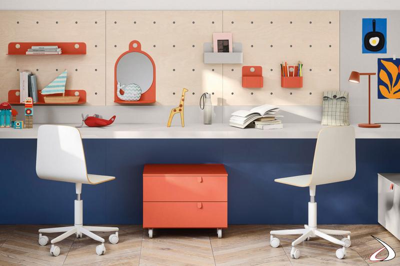 Chambre à coucher avec bureau suspendu et mur personnalisable
