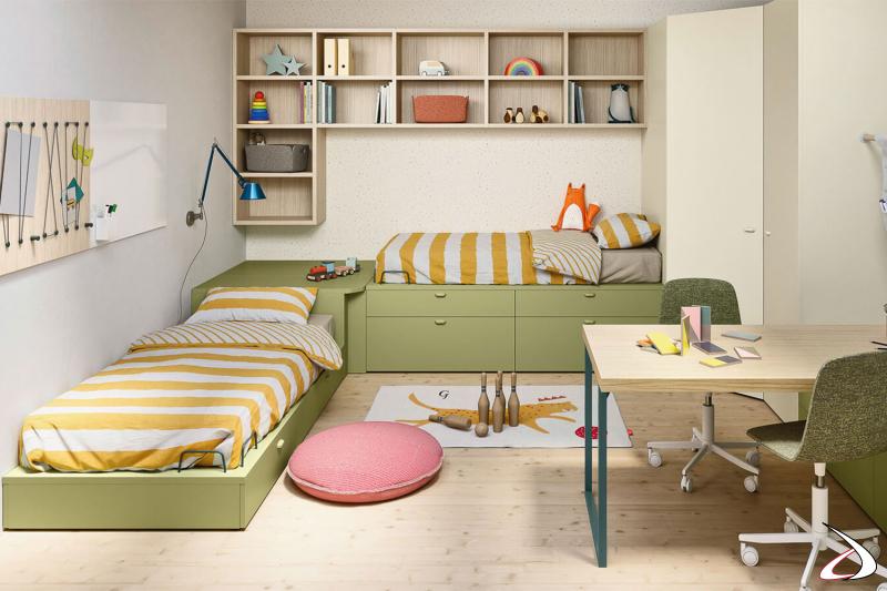 Chambre à coucher avec lits de rangement et bureau
