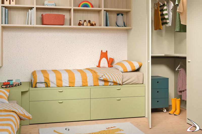 Chambre à coucher avec étagères et armoire d'angle