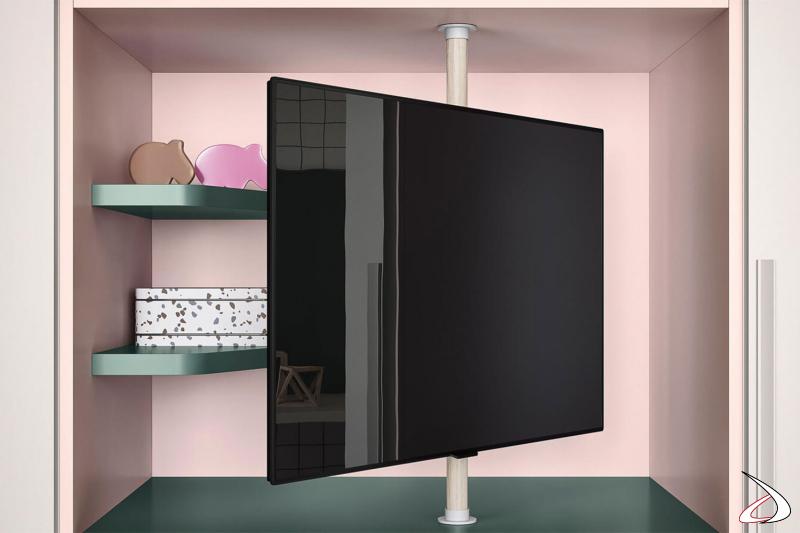 Nicchia armadio con TV girevole e ripiani.