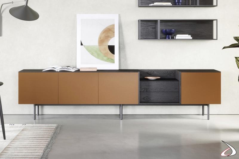 Credenza bassa di design con ante laccate opaco e cassetti in legno impiallacciato
