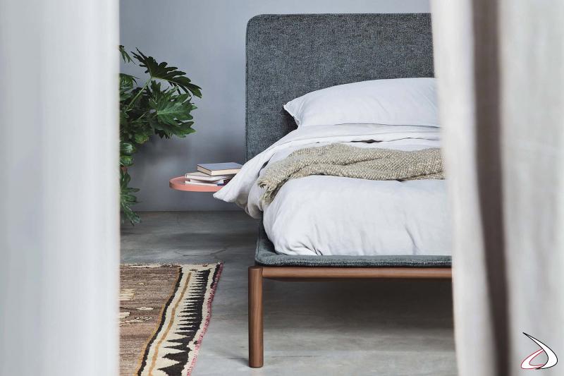 Letto di design matrimoniale con piedini alti in legno noce e vassoio uso comodino