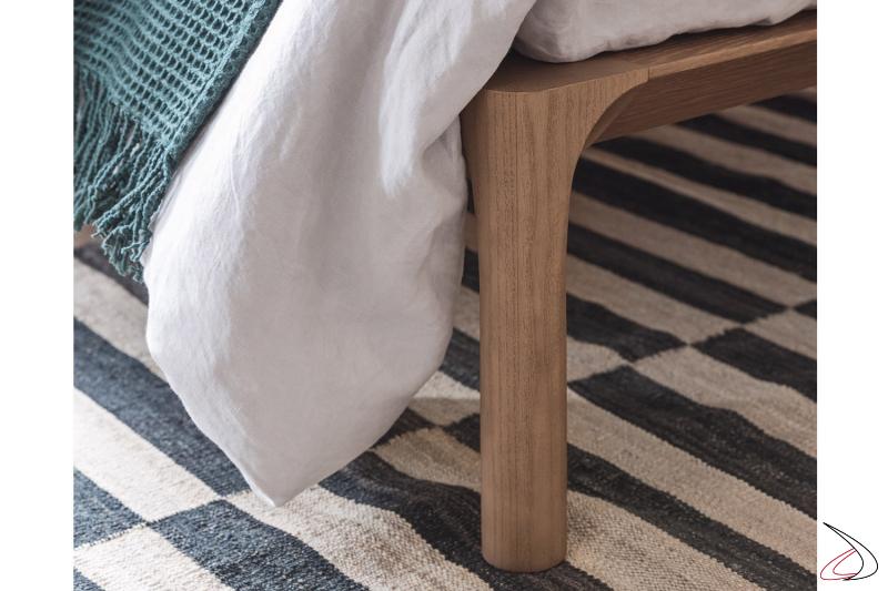 Letto in legno massello rovere miele con piedini alti