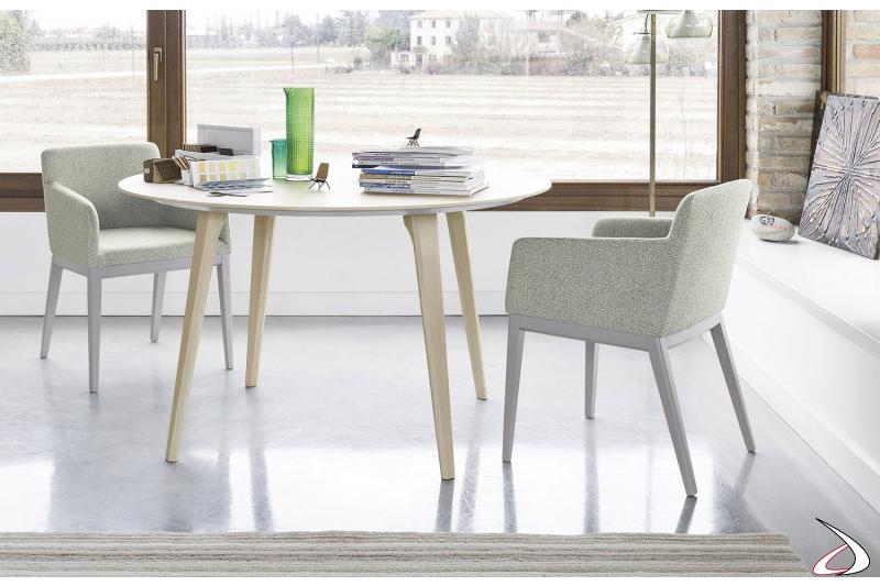 Sedia poltrona di design in legno e imbottita da soggiorno