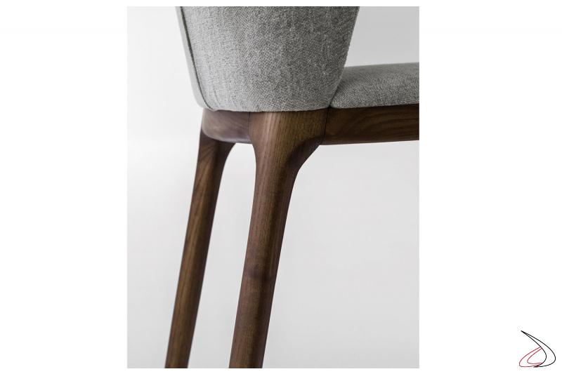 Sedia design in legno con sedile imbottito da salotto