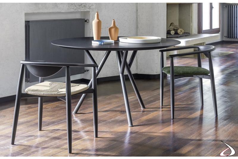 Tavolo design rotondo i legno con gambe in metallo