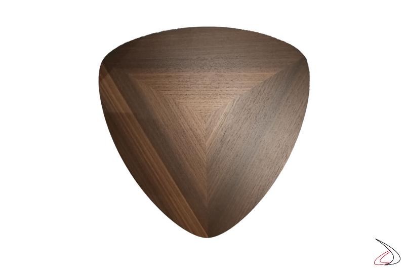 Particolare della lavorazione del piano in legno di eucalipto.